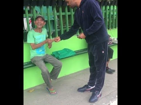 MIKE EPPS Passes Out $100 Bills To Random Bystanders at Bus Stop in Phil...