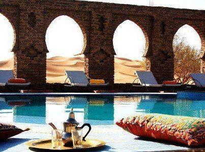 ...Paleisachtig huis met verrassende hoekjes, zachte #meubels, grote met #mozaïek belegde #muren, sierlijke #ramen en #terras. Ontbijt is fantastisch: chocoladecroissants, warme broodjes, pannenkoekjes, verse jus d'orange en een grote #theepot op een zilveren schaal.  #Merzouga #Sahara - #Morocco #Marokko #ErgChebbi #teapot #tea #pool #zwembad #woestijn #Desert #zilver #silver