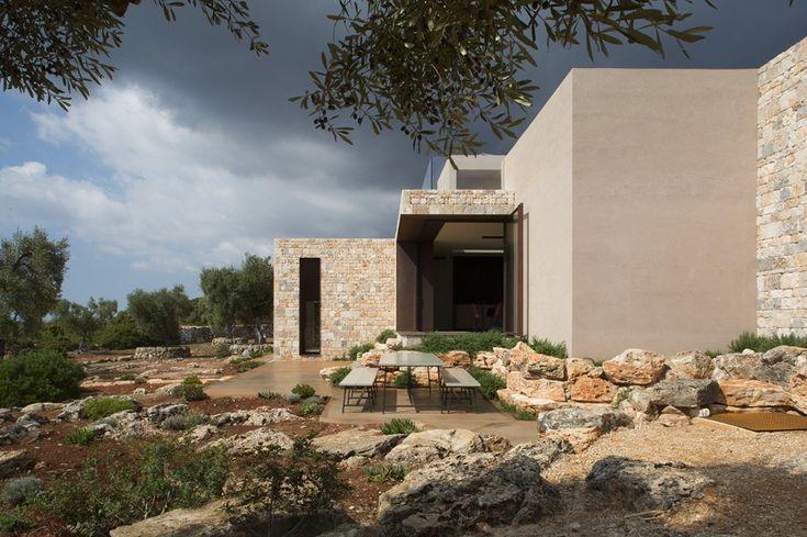 Puglia. Villa Camilla riprende materiali, colori e texture del Mediterraneo Domus