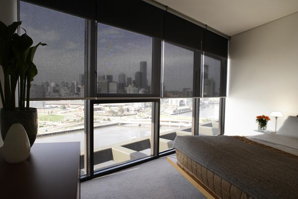 Semi-opaque roller shades with a view in a high-rise apartment - schlafzimmer bei roller