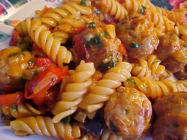 la table en fête : Délicieuse recette de fusilli au poivron, tomates, saucisses italiennes, le tout cuit dans une poêle