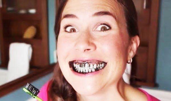 Une astuce naturelle à base de charbon végétal actif pour blanchir efficacement vos dents.