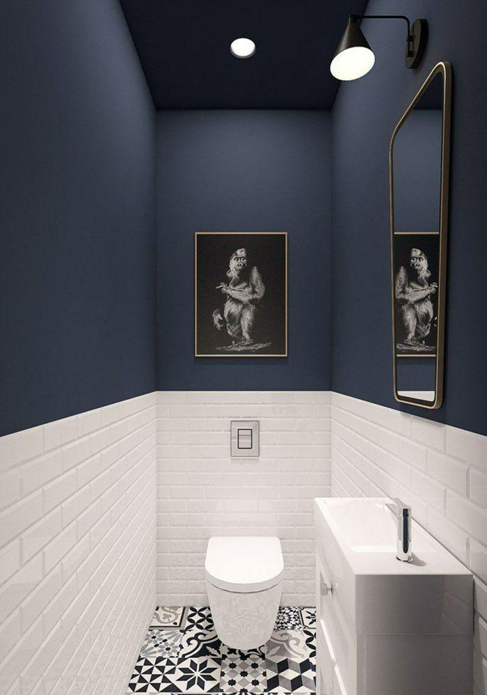 WC-Möbel in blau und weiß weiße Carrtro-Fliesen…
