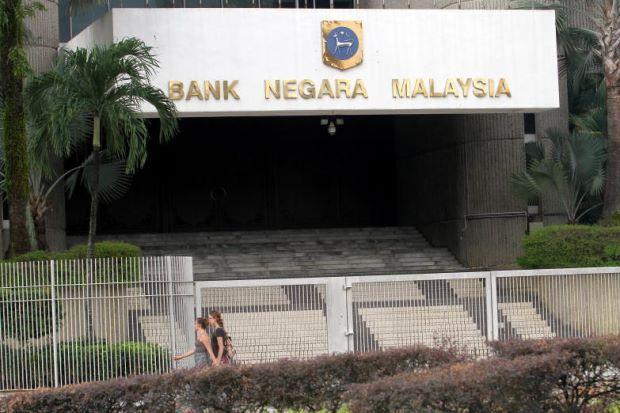 Najib minta BNM perjelas isu rugi RM44 bilion di zaman Tun Mahathir   Kerajaan akan mendapatkan penjelasan Bank Negara Malaysia (BNM) mengenai kerugian sebanyak AS$10 bilion (RM44 bilion) yang ditanggung bank pusat itu melalui kegiatan perdagangan mata wang antara 1991 hingga 1993.  Perdana Menteri Datuk Seri Najib Tun Razak berkata kerajaan memandang serius pengakuan bekas Penolong Gabenor BNM ketika itu Datuk Abdul Murad Khalid mengenai perkara itu.  Ia satu pengakuan yang kita mesti…