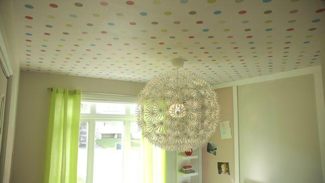 APRÈS : Le clou du spectacle est définitivement l'amusant papier peint au plafond surplombé par un imposant luminaire qui rappelle une fleur, habillant l'espace tout en lui donnant de la personnalité.