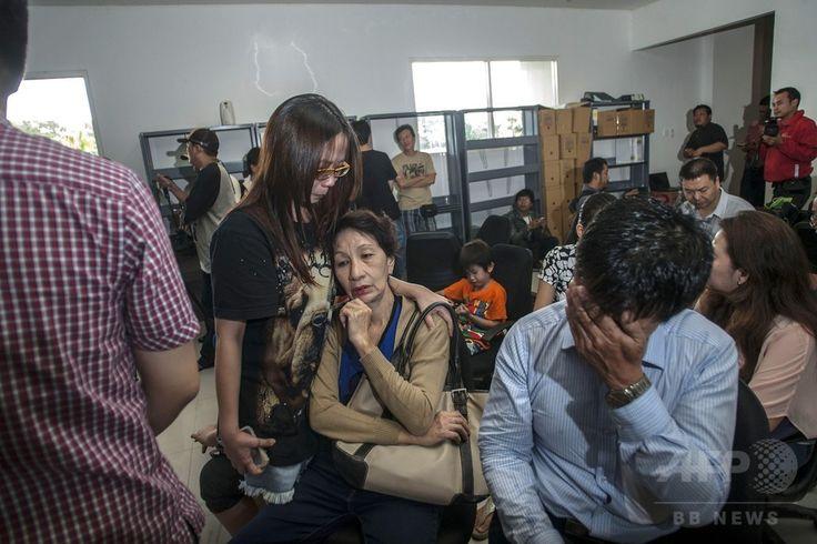インドネシア・スラバヤ(Surabaya)の国際空港に集まる、消息を絶ったエアアジア(AirAsia)機の乗客の家族(2014年12月28日撮影)。(c)AFP/Juni KRISWANTO ▼29Dec2014AFP 不明エアアジア機、「海底に沈んだ可能性」と捜索当局 http://www.afpbb.com/articles/-/3035365 #QZ8501