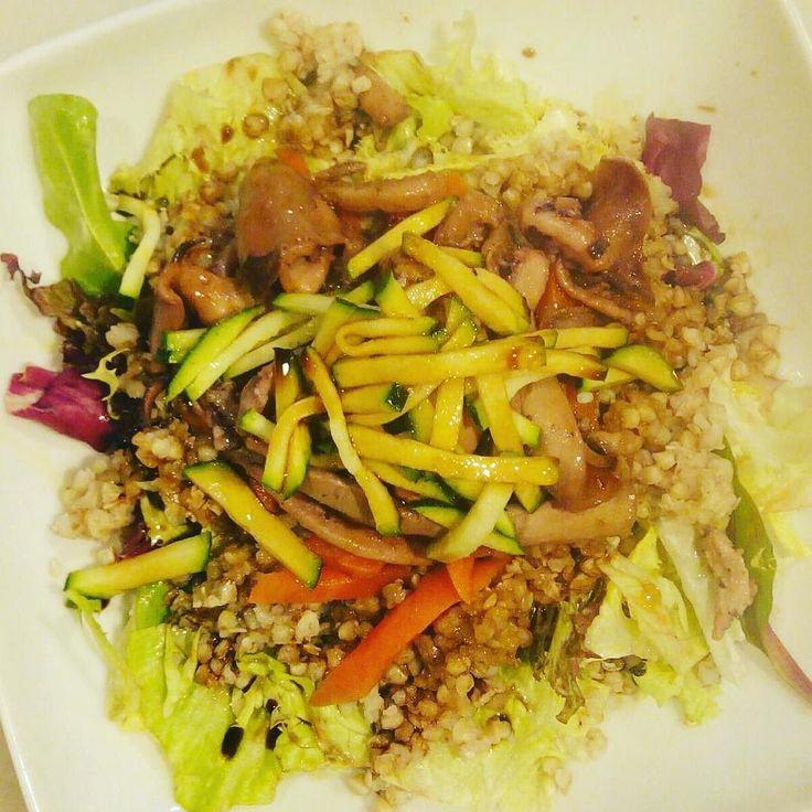 Una de nuestras ensaladas favoritas por su mezcla de sabores e ingredientes. Ensalada Marinera: base verde trigo sarraceno calamares salteados zanahoria confitada y fideos de calabacín bañados por una suave salsa de soja. Una mezcla equilibrada y nutritiva que esperamos os guste. #ladichosa #masqueunataberna #ensalada #ensaladamarinera #gastronomia #cocinacasera #condeduque #condeduquegente #malasaña #madrid @pepitaygrano by tabernaladichosa