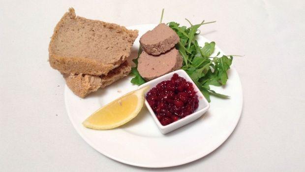 paštika: kuřecí játra 600 g větší cibule 1 kus máslo 3 lžíce portské víno 100 ml smetana 100 ml tymián 1 dávka  pepř, sůl