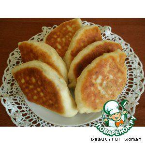 Пироги Ложные грибы     Яйцо (для теста) — 1 шт     Перец черный  — 0,5 ч. л.     Кефир (или минеральная вода для теста) — 300 мл     Соль (для теста, в начинку по вкусу) — 0,5 ч. л.     Сахар  — 1,5 ч. л.     Сода (для теста) — 0,5 ч. л.     Мука пшеничная (для теста) — 550 г     Масло растительное  — 14 ст. л.     Картофель (отварной, крупный) — 2 шт     Морковь (крупная) — 1 шт     Лук репчатый (крупный) — 1 шт     Огурец (соленый) — 10 шт