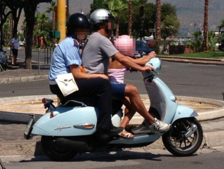 In tre in motorino. La foto, inviata da un lettore, è stata scattata a Gaeta, in provincia di Latina. A richiamare la sua attenzione è infatti il passeggero a bordo dello scooter: una vigilessa in divisa. Almeno tutti indossano il casco
