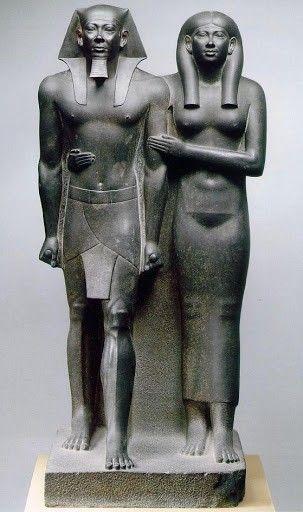 Micerino in compagnia della moglie Khamerer-Nebti; ca 2520 a.C (Antico Regno); basalto nero, a tutto tondo; Boston, Museum of Fine Arts