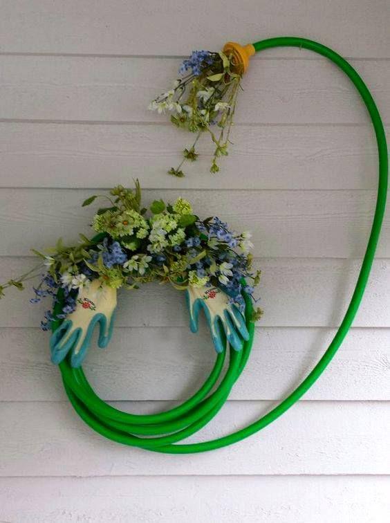 I've seen garden hose wreaths before but this arrangement is clever