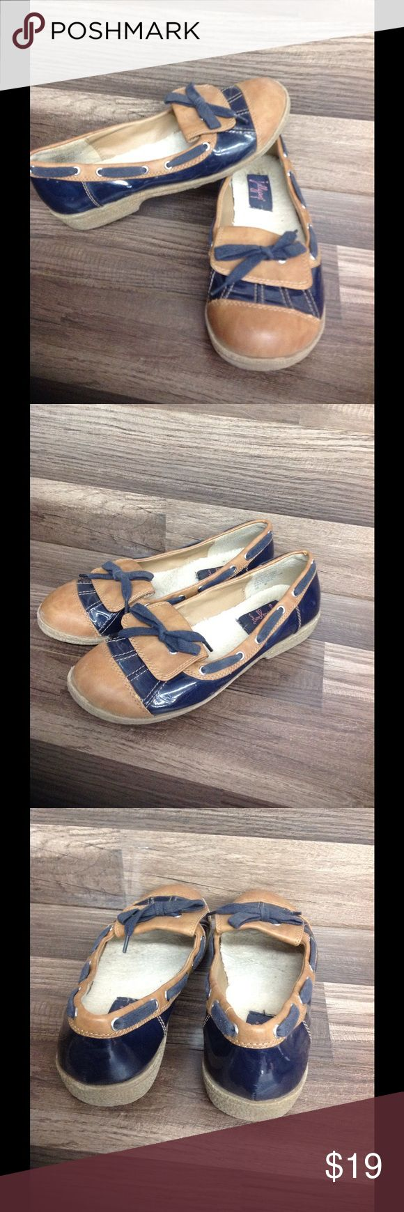 Womens boat shoes sir 9 slip ons khaki navy patent In great shape minor wear brown leather with navy shiny patent. Ultra nautical and chic size 9 jellypop Shoes Flats & Loafers