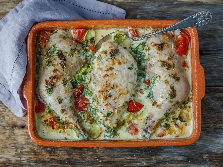 Dette blir lett en familiefavoritt! Med mild og rund smak av tomat, fløte og parmesan er dette noe for både store og små. Du kan gjerne bruke ren kyllingfilet selv om denne oppskriften har lår og bryst med skinn og ben.