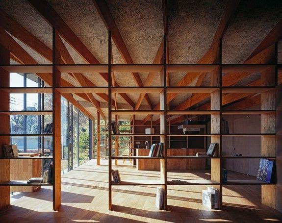 "Mt. Fuji Architectsによる住宅""Geo Metria""は、緑豊かな箱根の山脈の頂上に位置しており、住宅から相模湾が一望できる。"