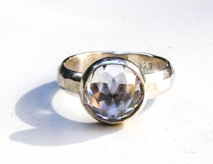 Anillo hecho a mano, anillo de piedras preciosas blanco topacio plata, anillo de diamantes de laboratorio, anillo de aniversario, regalo para ella, regalo cumpleaños, regalo de mamá, amor de OritNaar en Etsy https://www.etsy.com/es/listing/514680593/anillo-de-compromiso-hecho-a-mano-anillo
