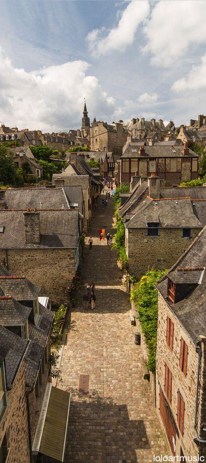 Dinan, petite rue à l'intérieur de la ville fortifiée Bretagne