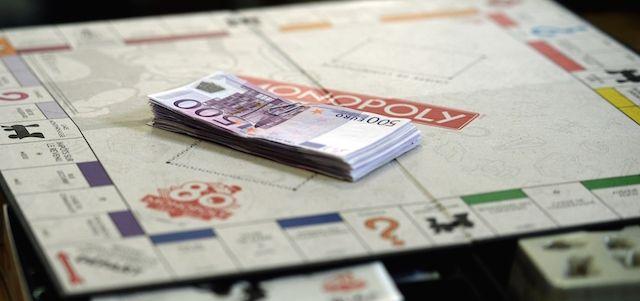 In occasione dell'80º anniversario dell'uscita del Monopoli in Francia, la sua azienda produttrice, Hasbro, ha segretamente deciso di mettere in vendita 80 scatole speciali del gioco: conterranno soldi veri al posto delle normali banconote di gioco. Solo in una delle 80 scatole speciali proprio tutte le banconote sono state sostituite con soldi veri e questa conterrà in tutto 20.580 euro. Nelle altre scatole sono stati sostituiti solo alcuni tagli.