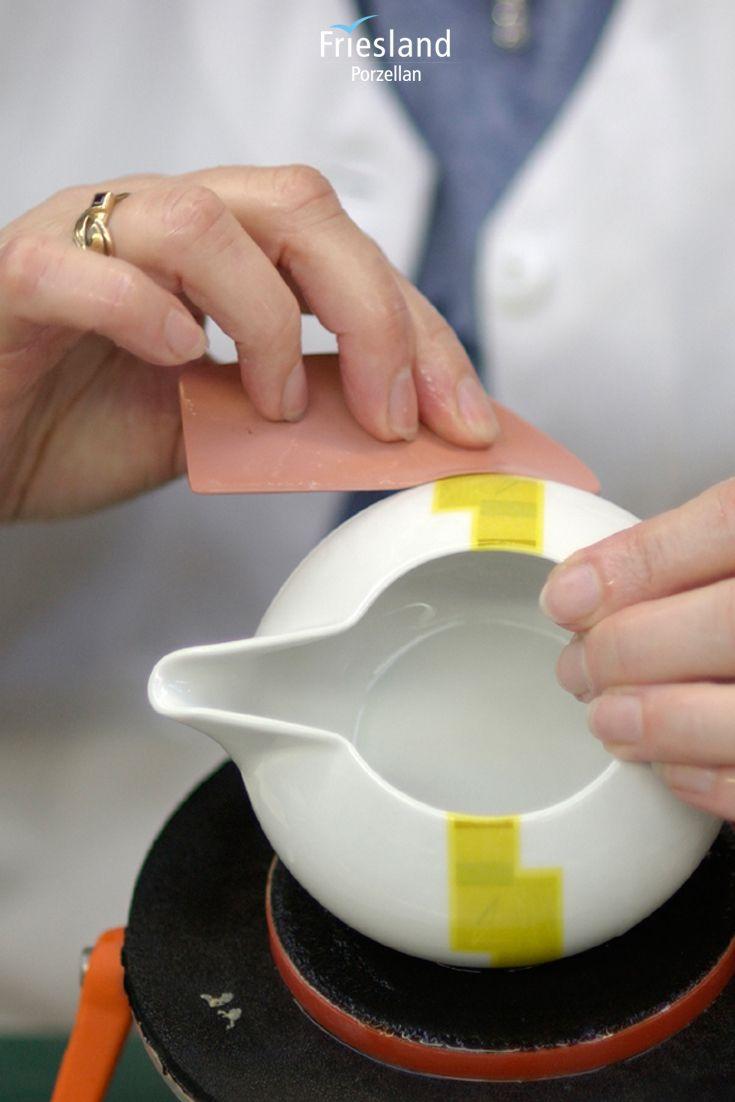 Ein Milchkännchen wird von Hand dekoriert, Handarbeit, Geschirrproduktion bei Friesland Porzellan