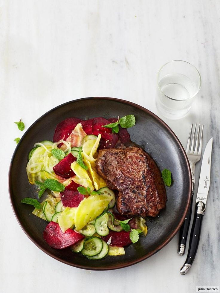 Zum saftigen Hüftsteak servieren wir Rote-Bete-Gurken-Salat. Weil wir die Rote Bete fein gehobelt haben, braucht dieses Gericht nur 25 Minuten. Absolut alltagstauglich!