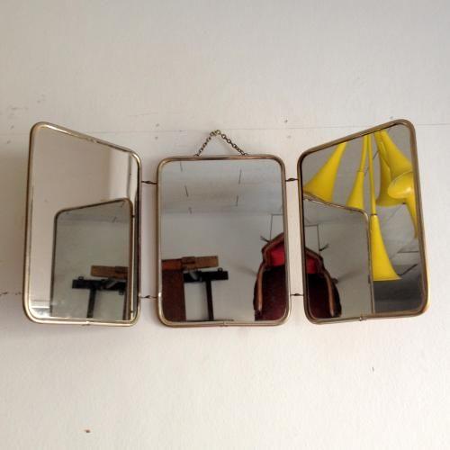 アンティークの三面鏡 真鍮のフレームと背面のレザーが素敵なフランスアンティークの三面鏡です!エレガントなフォルムは開いても折りたたんでもエレガント!!裏のクロコダイル柄のレザーも素敵です!壁掛けミラー(ウォールミラー)、卓上ミラー(ドレッサーミラー)どちらでもお好みでお使いいただけますね。