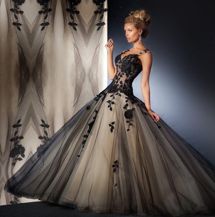Agora 16-26, collectie 2016 Een spetterende zwart kleurige trouwjurk in prinsessenstijl. Het transparante lijfje is aan de voorzijde versierd met zwarte bloemapplicaties. Ook het doorzichtige rugpand is bezet met hier en daar een bloemtak. Super mooi en passend bij deze jurk de extra wijde rok, waarvan de toplaag van zwarte tule hier en daar bezet is met een bloemapplicatie.
