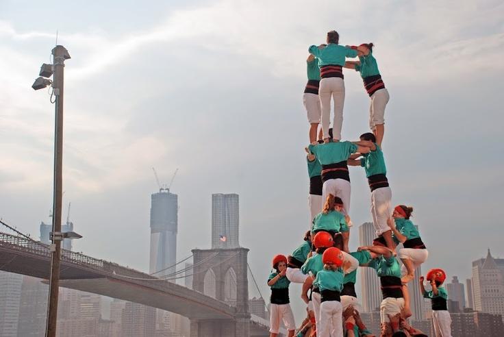 Human towers in New York - Brooklyn Bridge