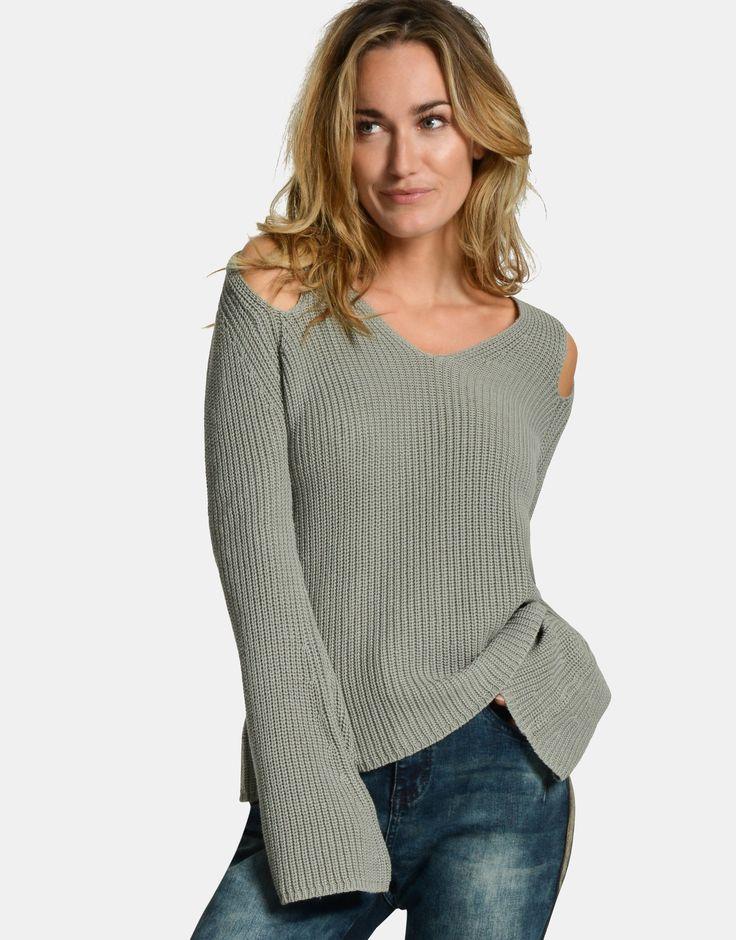 Trend alert! Met de Cato Sweater heb jij een trendy item in the pocket! Deze groene sweater heeft flared mouwtjes, details bij de schouders en is een losvallend model. Draag de sweater in combinatie met een jeans en je hebt een trendy herfstlook gecreëerd.