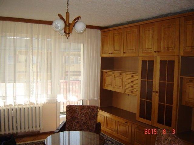 Na sprzedaż rozkładowe mieszkanie o powierzchni 60,2 m2 składające się z:- salonu o pow. 18,2 m2,- sypialni 1, o pow. 11,69 m2,- sypialni 2, o pow. 10,79 m2,- kuchni o pow. 6,83 m2,- łazienki o pow. 2,77 m2,- WC o pow. 0,85 m2,- przedpokoju o pow. 6,72 m2   2,54 m2Mieszkanie na 3 piętrze z dużym balkonem typu loggia, okna plastikowe, mieszkanie częściowo umeblowane, przestronny przedpokój, drzwi wejściowe antywłamaniowe, łazienka i WC w płytkach, w łazience kabina prysznicowa, nowy kompakt.