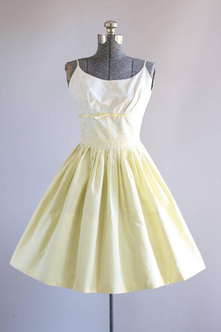 Deze prachtige jurk van de jaren 1950 is voorzien van een gele bloemen borduurwerk op het lijfje. De buste van de plank met decoratieve gele strik op de voorkant taille. Spaghetti bandjes. Gesmoord taille. Volledige geplooide rok. Metalen rits op de rug. Zeer goede vintage staat. Houd er rekening mee: petticoat gedragen onder rok voor toegevoegd volheid. Dit stuk is schoongemaakt en is klaar om te dragen!  Label n/b Katoen stof Geschatte omvang XS/S Label grootte n/b Pit-Pit 3...