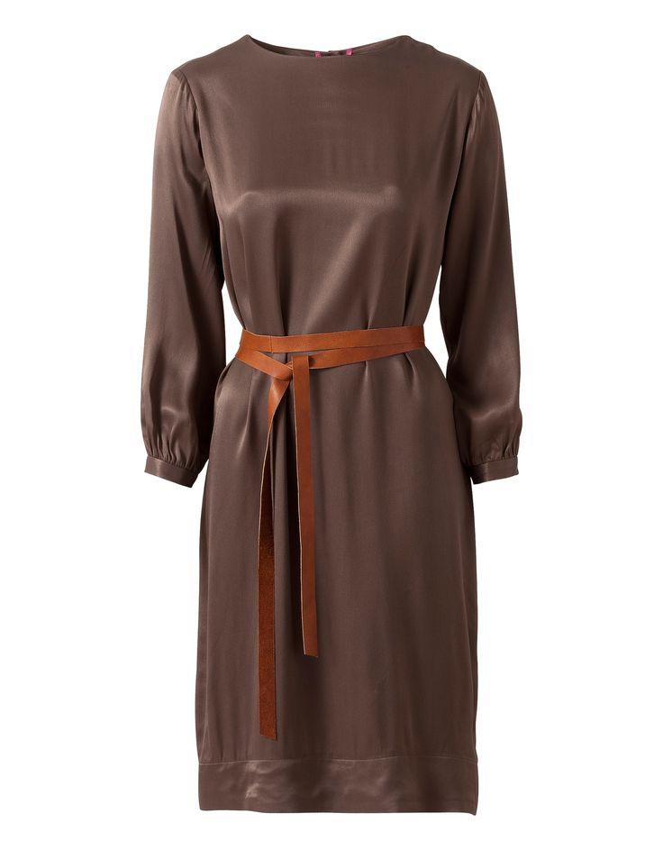 Prachtige jurk van een glanzende viscose in chocoladebruin. De jurk heeft…
