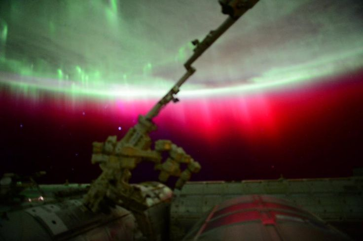 "Scott KellyさんはTwitterを使っています: ""I've never seen this before- red #aurora. Spectacular! #YearInSpace http://t.co/j2DVejt974"""