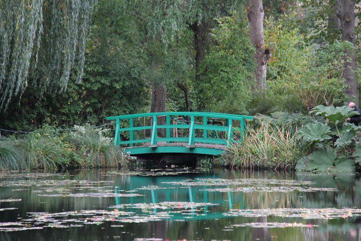 """A sensação é exatamente a que eu imaginei… estar entrando em uma pintura. Faltam os """"borrados"""" impressionistas, tudo é muito vivo, verde e colorido, mas a impressão é que a qualquer momento eu vou me deparar com Claude Monet pintando em seus jardins. Preciso sentar em um banquinho, respirar fundo para tentar absorver toda a …"""