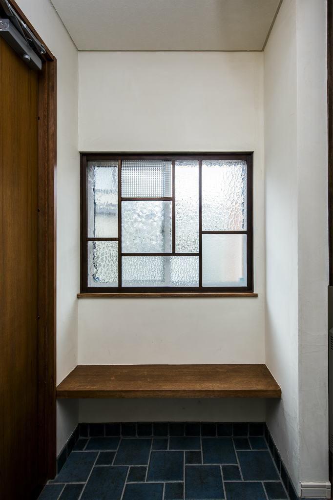玄関事例:玄関のFIXにガラスのパッチワーク(瑠璃色タイルが美しい、レトロモダンな家)