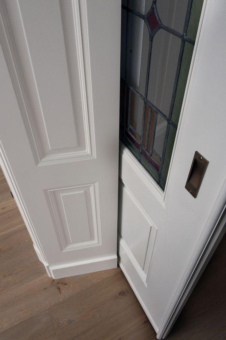 Detail Paneel met schuifdeur van een Belle Epoque Kamer en Suite.