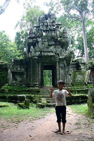 苔生してしっとりとした雰囲気。子供は満面の笑みだ。もしや、もしかして・・・。2004/9 アンコール遺跡群 Angkor アンコール・トム Angkor Thom 王宮 Royal Palace(カンボジア王国 Kingdom of Cambodia)© 2010 風旅記(M.M.) 風旅記以外への転載はできません...