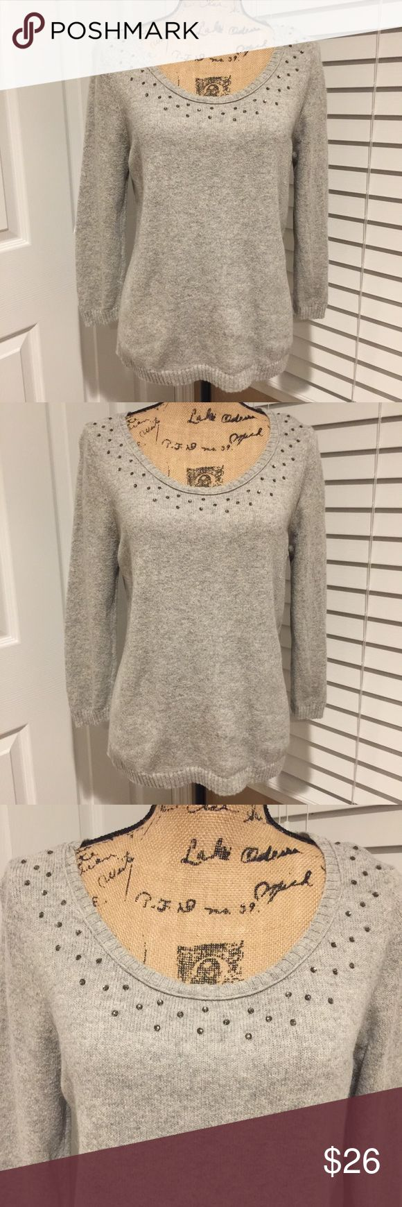 🌸💕 GUESS 💕🌸 Gorgeous Studded Sweater SZ L 🌸💕 GUESS 💕🌸 Gorgeous Studded Sweater SZ L High/Lower super soft and comfy sweater Preloved in great condition arm pit to arm pit 19 inches Guess Sweaters Crew & Scoop Necks
