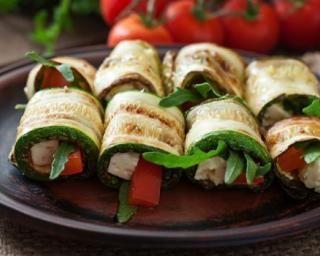 Roulés de courgettes grillées roquette, tomates et chèvre : http://www.fourchette-et-bikini.fr/recettes/recettes-minceur/roules-de-courgettes-grillees-roquette-tomates-et-chevre.html