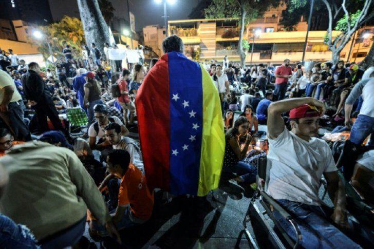 <p>La oposición convocó a marchar en toda Venezuela el lunes, cuando se cumple un mes de tensiones con masivas protestas contra el presidente Nicolás Maduro, escenario que trae una renovada oferta de mediación del papa Francisco.</p>