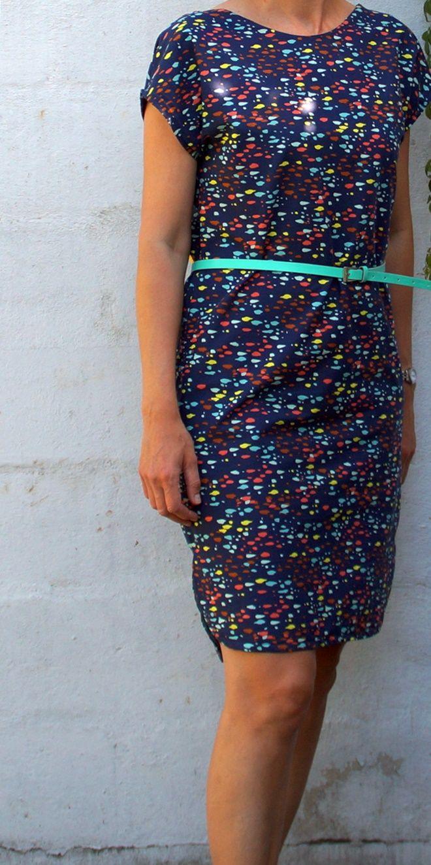 Mijn zus vroeg me een kleedje te maken op basis van een jurk die ze nu echt eens graag ziet... Ik ging aan het tekenen en terwijl zij twijf...