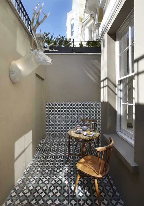 Partly tiling the wall with the same tiles as the floor makes the balcony look longer.
