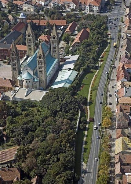 Barbakán, bástyasátány, elkerülő út: a pécsi városfal mentén. Pécsi posztsorozat IV - táj-kert