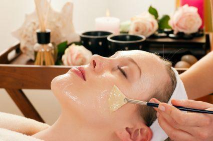 PEELING QUÍMICO DE ÁCIDO GLICÓLICO AL 35% Y 50% Los peeling químicos están muy de moda por los resultados que se obtienen. Son realmente efectivos para tratar muchos problemas de la piel. Si tu problema son las manchas, hiperpigmentación de cualquier índole (melasma, solares, manchas del embarazo, manchas de acné, etc.), el acné, las arruguitas, …