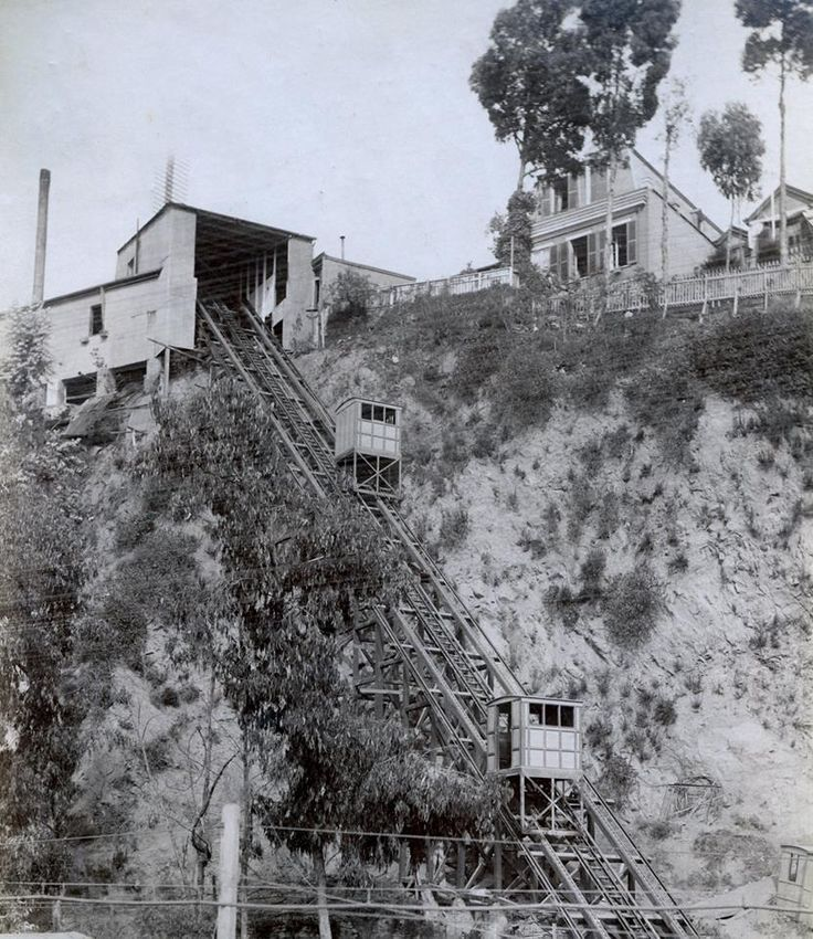 1 de diciembre de 1883, se inaugura el primer ascensor de lo que sería un sistema de transporte típico de la ciudad de Valparaíso. En la imagen se observa el ascensor del cerro Concepción, en 1890.