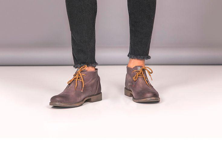 Llegan las botas cortas para hombres colmadas de estilo para que te distingas sobre el resto. Este modelo en cuero color café de Batistella aportará a tu look elegancia sin perder la comodidad.