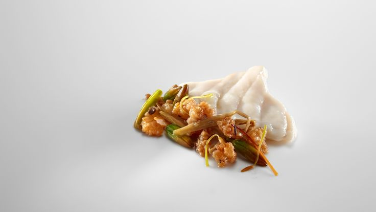 Rape cocido al vapor de sus espinas tostadas. Estofado de chicharrones de rape y tallos de lirio.     http://www.zoomnews.es/estilo-vida/gastronomia/gastronomia/rape-cocido-al-vapor-sus-espinas-tostadas-estofado-chicharrones-