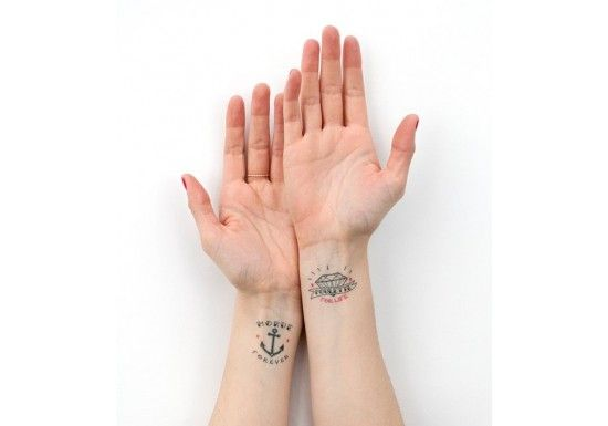 """Lolita Picco est une jeune créatrice Marseillaise. Elle s'inspire de son quotidien pour créer et illustrer des objets avec de l'humour.Set de deux tatouages éphémères : un """"Morue Forever"""" et un """"Poulette for life"""" !Les tatouages durent en moyenne 3 à 8 jours. Ils ne craignent ni l'eau, ni le savon et s'enlèvent facilement.Taille des tatouages : 4,5 cm x 3,5 cm"""