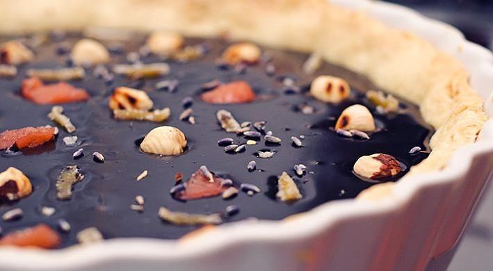 Tarta din ganache de ciocolata neagra cu diverse mici surprize de gust