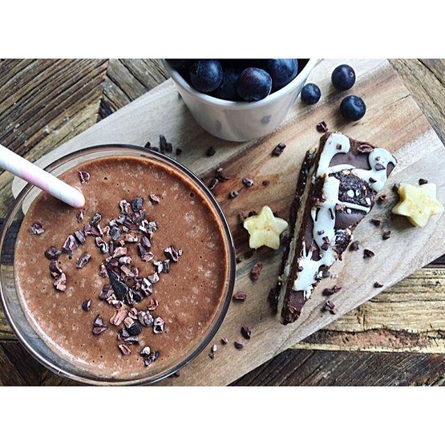 Fredag💜 raw oreokake fra @osloraw nytes med en av mine favoritt smoothies! Ønsker alle en herlig pinse😊 ----------------------------------------------------Oppskrift på sjokosmoothie: •1 banan(gjerne frossen) •1/2 liten avokado •2-3 ss kakaopulver(jeg bruker økosjokolade) •1 ss kokosolje •1 ss peanøttsmør •valgfri melk til ønsket konsistens(feks. Kokosmelk, mandelmelk, eller vanlig melk) •1 ss kollagen(kan sløyfes) •alt mikses i en blender eller med stavmikser til en myk og luftig…
