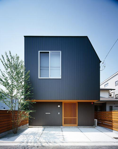 西川さんから9坪の家・lengthの写真が届きました。 建坪9坪、延べ床26,5坪(地下あり)の4人家族。    縦に暮らすことをネガティブに捕...